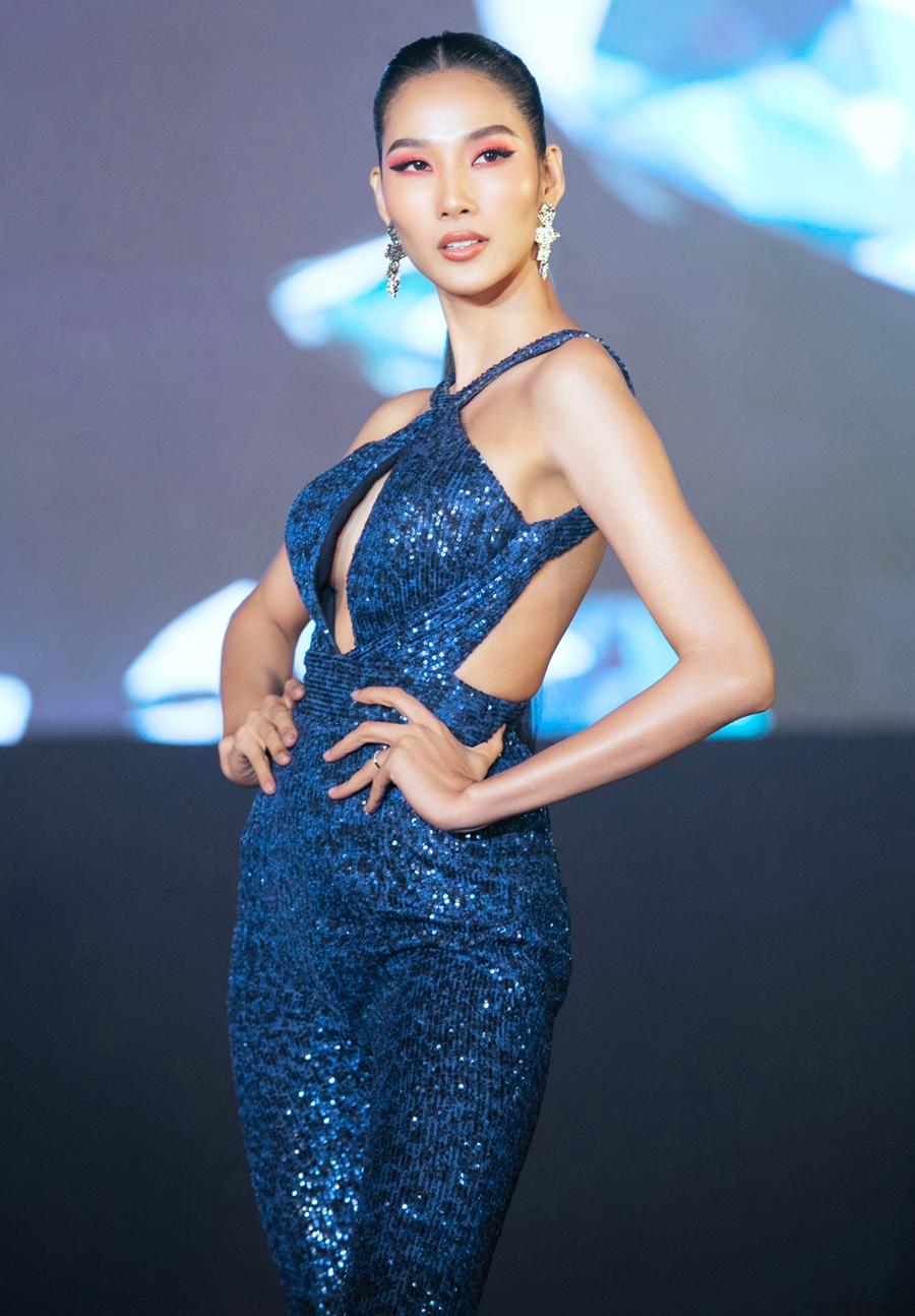 Á hậu Hoàng Thùy khoe hình thể trong thiết kế cut out màu xanh lam. Cô cái hai thí sinh vào top 3 chung cuộc là Lương Mỹ Kỳ và Tường Vi.