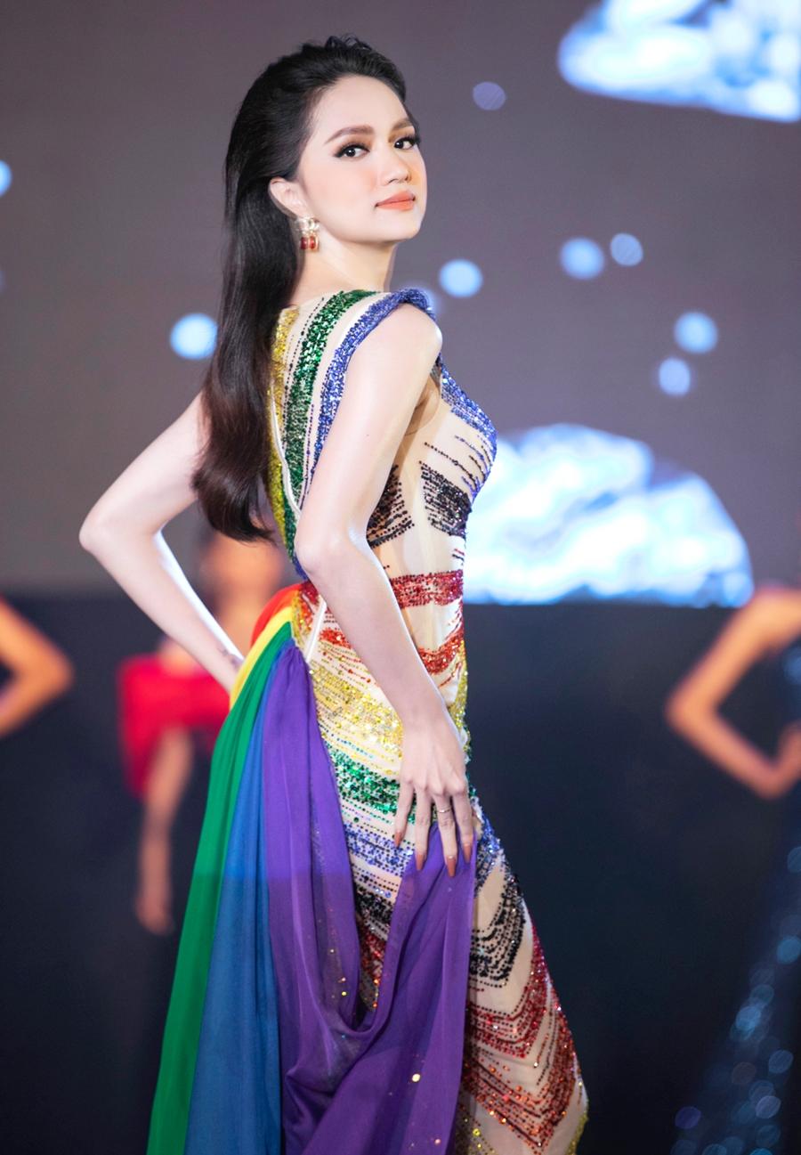 Hương Giang diện đầm lục sắc - màu sắc biểu tượng cho cộng đồng LGBT trong đêm chung kết chương trìn