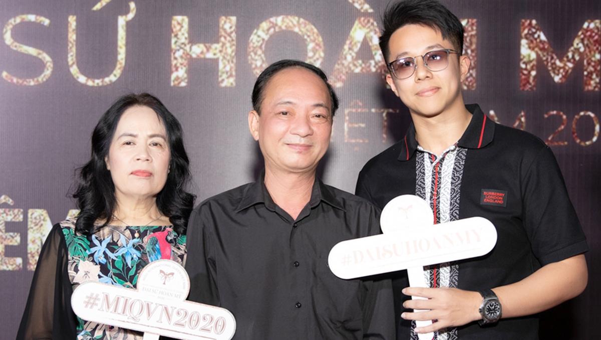 Matt Liu (phải) và bố mẹ Hương Giang trên thảm đỏ chung kết, phát sóng tối 24/1. CEO người Singapore có quan hệ thân thiết với gia đình bạn gái. Người đẹp cho biết bố mẹ cô quý anh như con. Hồi đầu tháng, anh ra Hà Nội dự sinh nhật mẹ cô.