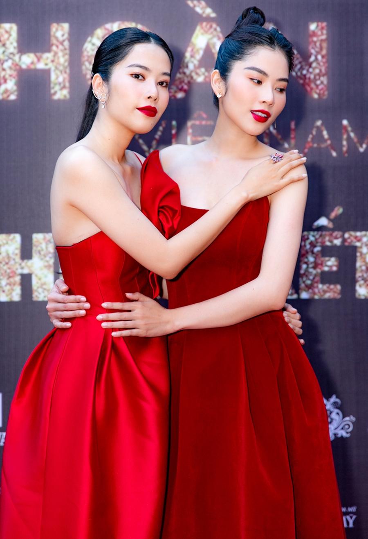 Nam Em (trái) và chị gái Nam Anh diện trang phục tông đỏ.