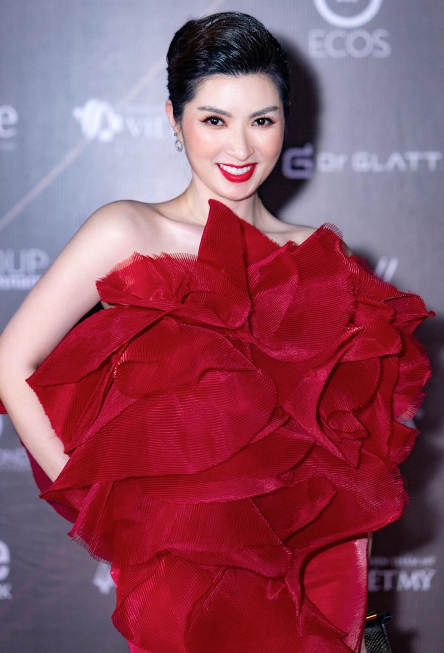 Nguyễn Hồng Nhung tham dự chương trình với vai trò giám khảo và ca sĩ trình diễn.