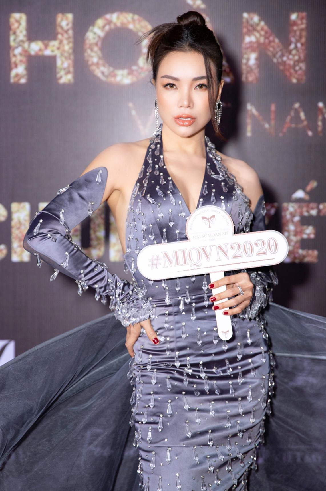 Trà Ngọc Hằng diện đầm đen đính pha lê của nhà thiết kế Nguyễn Đạt.