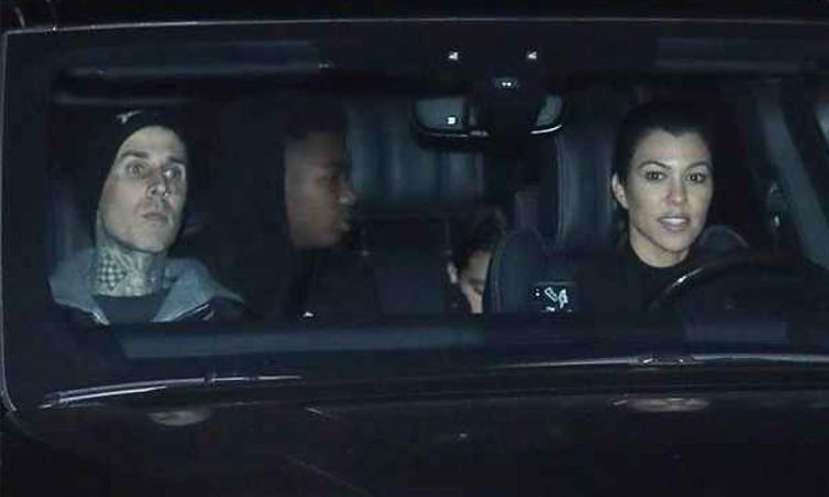 Kourtney Kardashian (phải) và Travis Barker tại Palm Springs. Ảnh: Bollyinside.