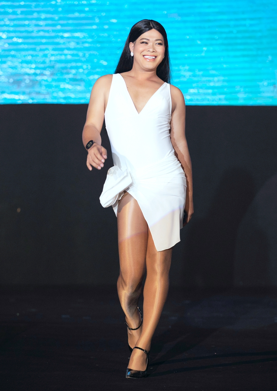 Vũ Thu Phương trong phần trình diễn bikini. Cô cao 1,72 m, nặng 83 kg, số đo ba vòng lần lượt là 96-98-110 cm.