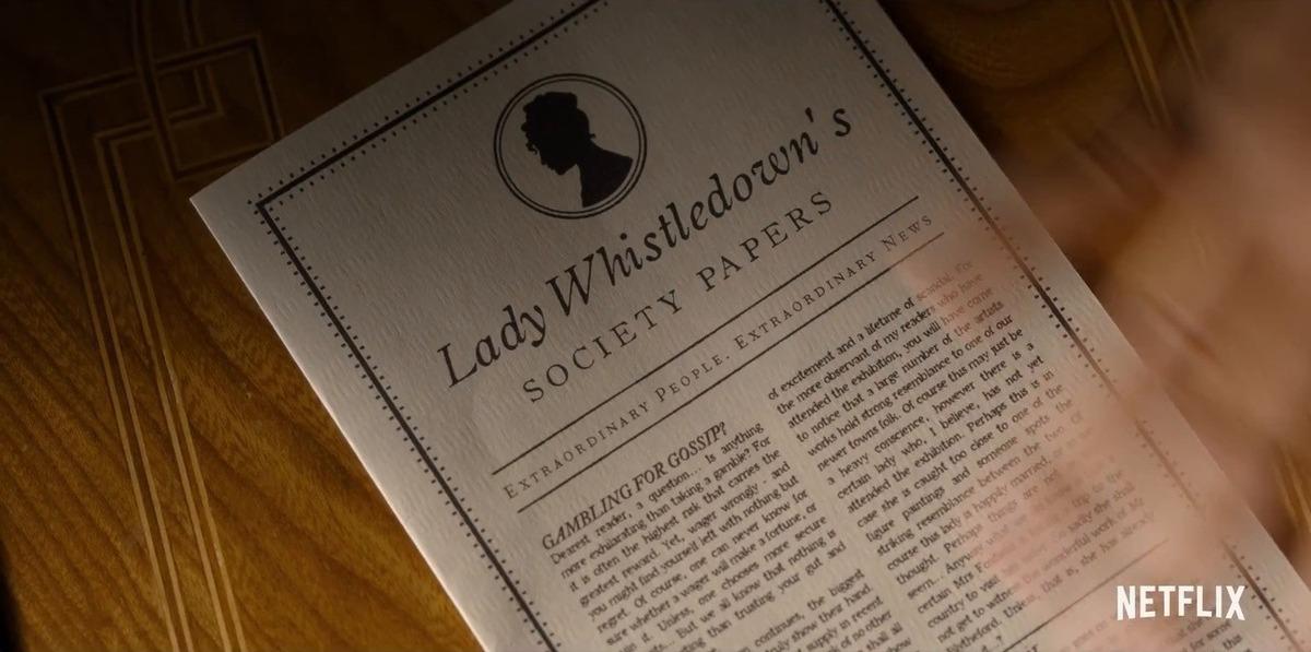 Trang báo có tên Quý bà Whistledown trong một cảnh phim. Đây là nhân vật không lộ mặt, nhưng ảnh hưởng nhiều đến đường dây câu chuyện của phim. Ảnh: Netflix.