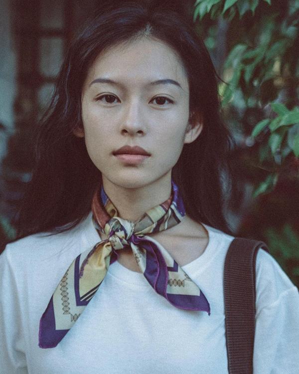 Anny Fan, một blogger thời trang Trung Quốc, nhận xét Minh Hà khí chất điềm đạm, đậm nét Á Đông. Cô ấy có nét giống Chương Tử Di, Trương Bá Chi song vẫn mang khí chất riêng, làm người khác khó quên.