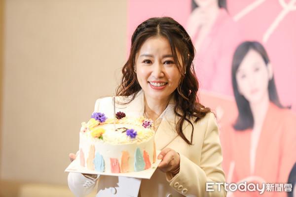 Tâm Như được cộng sự chúc sinh nhật sớm hôm 26/1. Ảnh: Ettoday.