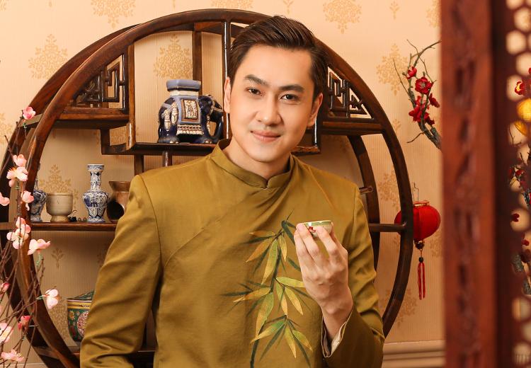 Ca sĩ Tùng Lâm chụp ảnh đón Tết Tân Sử. Ảnh: Hứa Quý Long.