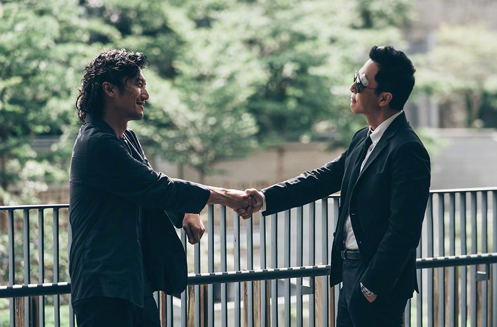 Khâu Cương Ngạo (trái) và Trương Sùng Bang vốn là chiến hữu, Cương Ngạo âm thầm câu kết các nhóm tội phạm, khiến Trương Sùng Bang phẫn nộ.