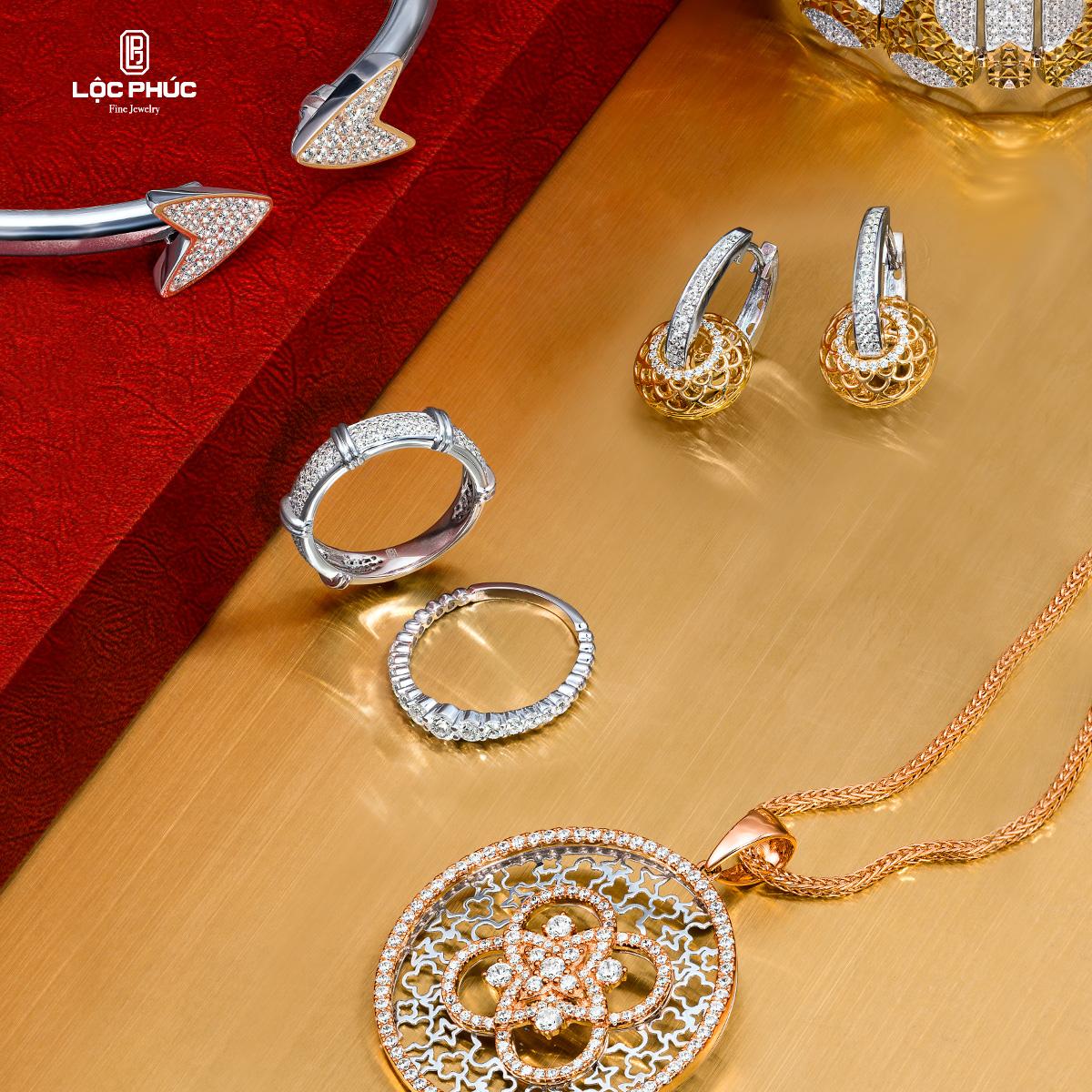 Trang sức Lộc Phúc có đa dạng kiểu mẫu từ dây chuyền, nhẫn, lắc và vòng tay... được  mix-match từ chất liệu vàng, vàng trắng, vàng hồng.