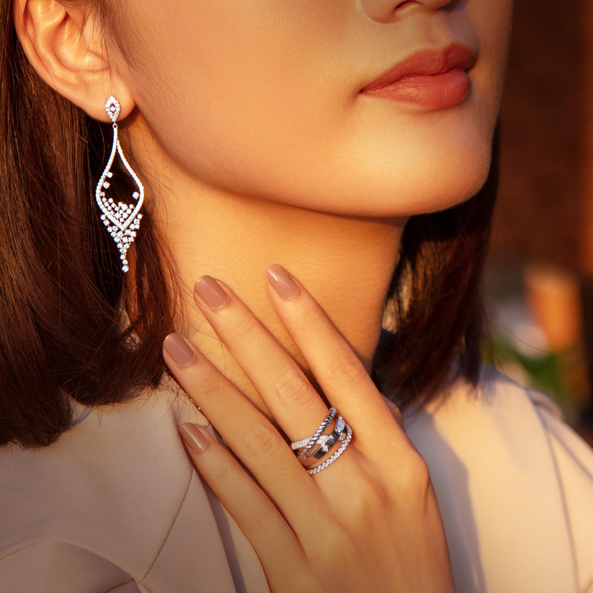 Kim cương tinh chọn kết hợp vàng trắng 18K tôn vẻ đẹp của quý cô hiện đại, phù hợp với nhiều phong cách ngày xuân, giúp chị em tự tin và sành điệu hơn.