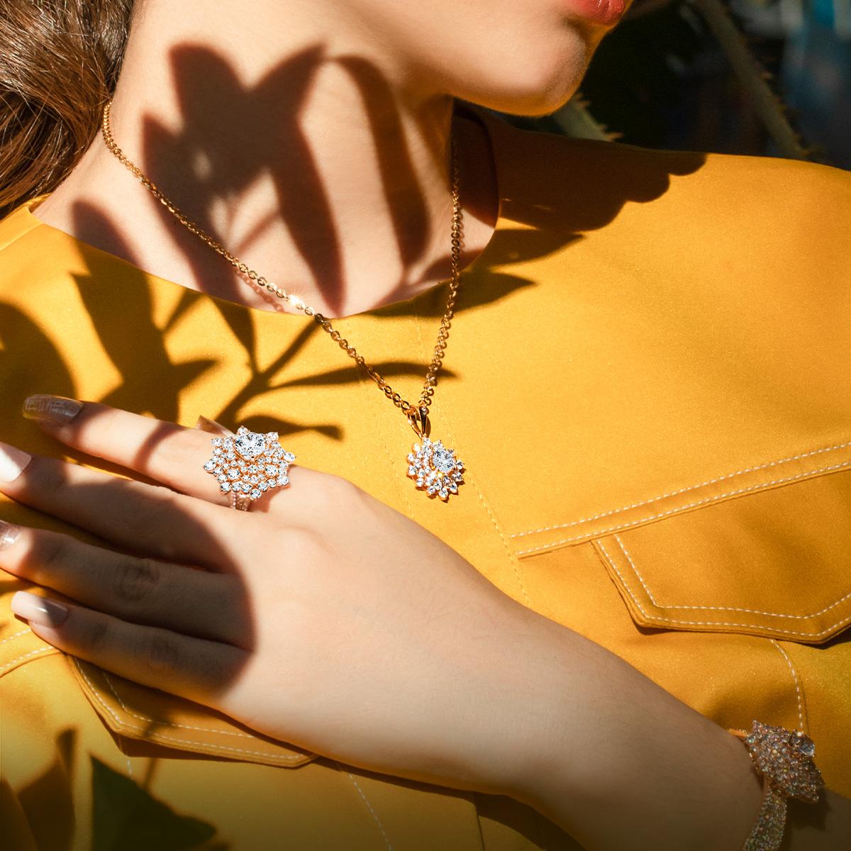 Những cánh hoa rực rỡ khoe sắc là cảm hứng của những bộ trang sức cao cấp. Chất liệu vàng hồng 18K trẻ trung, phom dáng mềm mại, kết hợp cùng đá Cubic Zirconia, giúp bạn hóa thân thành nàng thơ.