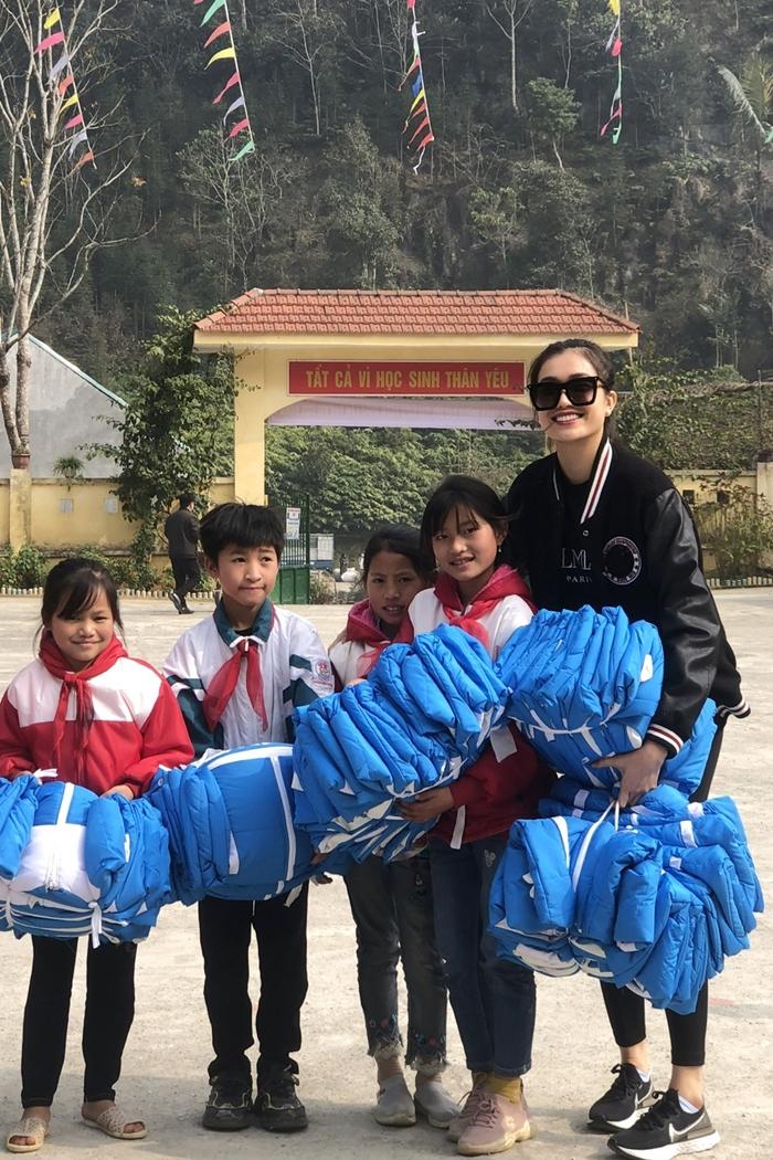 Dàn người đẹp trao quà từ thiện mùa Tết