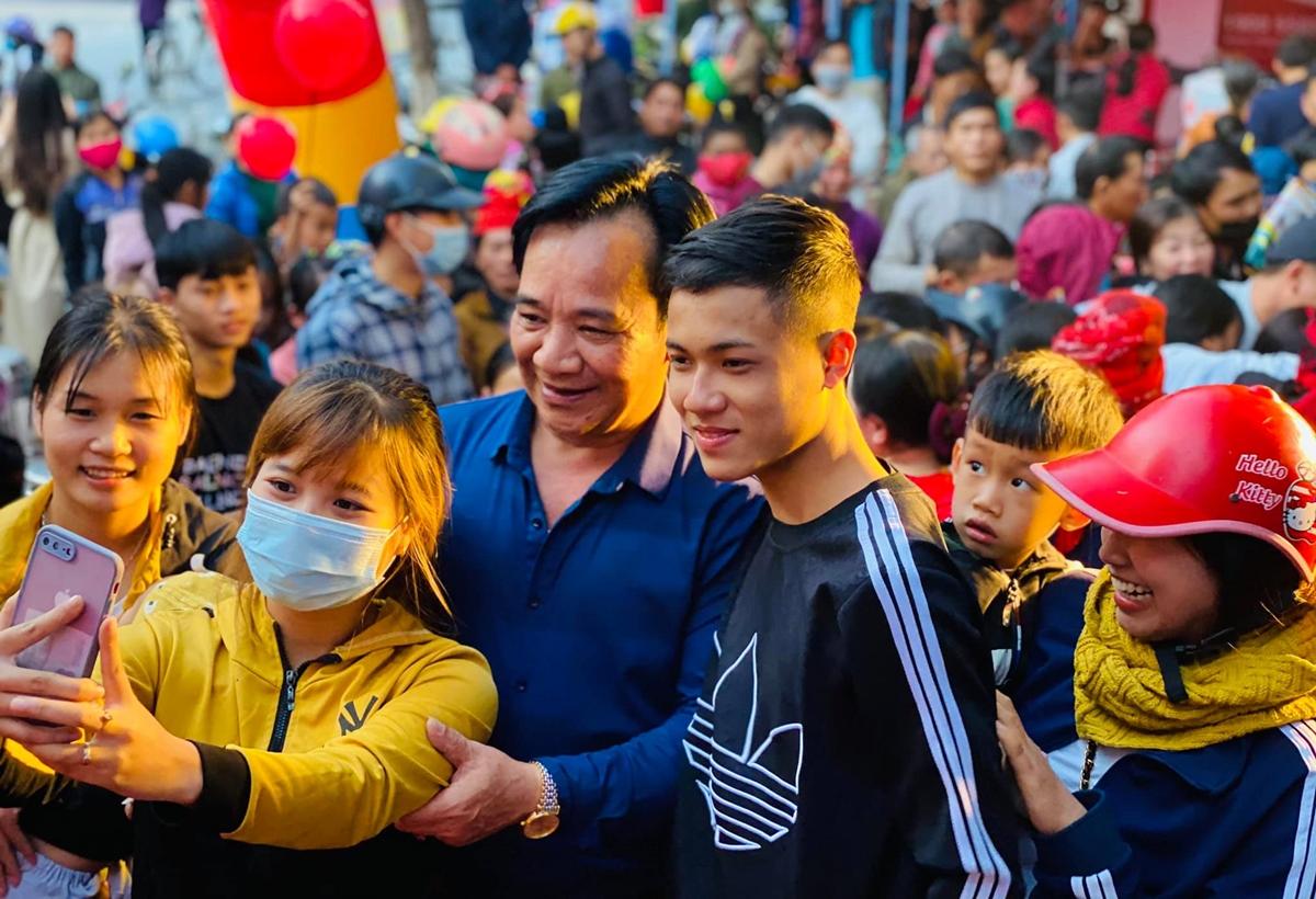 Quang Tèo được nhiều khán giả xin chụp ảnh khi đi diễn. Ảnh: Nhân vật cung cấp.