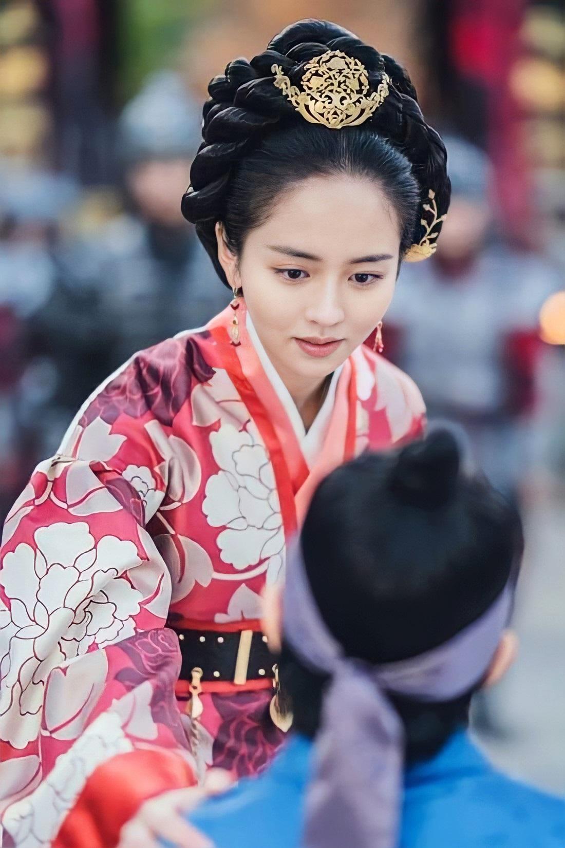 Hoàng hậu Yeon thương yêu bách tính, luôn dạy con sống kiên định và ngay thẳng. Tuy nhiên, bà bị quý phi và gian thần giết hại, các con bà phải ly tán.