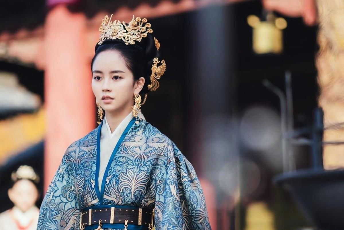 Ngày 5/2, nhà sản xuất phim Sông đón trăng lên (River where the moon rises) tung loạt ảnh Kim So Hyun trong vai hoàng hậu Yeon của triều đại Goguryeo - mẹ của của công chúa Pyeong Gang và thế tử Won. Lần đầu diễn viên 22 tuổi thử sức diễn xuất về tình mẫu tử. Trên các diễn đàn tại Hàn, đa số khán giả nhận xét tạo hình của Kim So Hyun ấn tượng, vừa quyền uy, vừa dịu dàng.