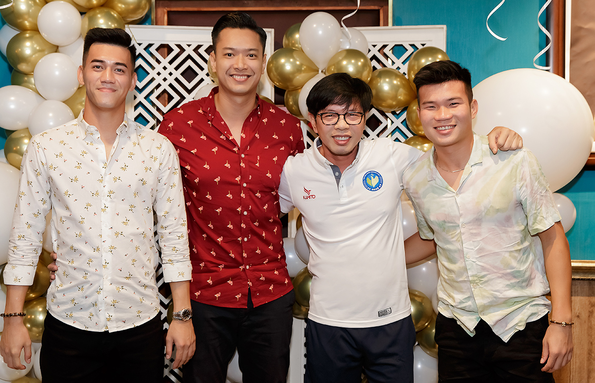 Cầu thủ Tiến Linh (trái) và Tống Anh Tỷ (phải) chúc mừng Hồ Đức Vĩnh tròn 37 tuổi. Ảnh: Nhân vật cung cấp.