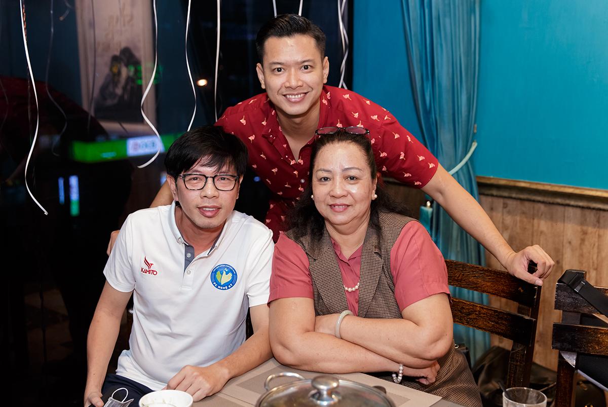 Từ trái sang: diễn viên Thái Hòa, Hồ Đức Vĩnh và mẹ ruột. Ảnh: Nhân vật cung cấp.