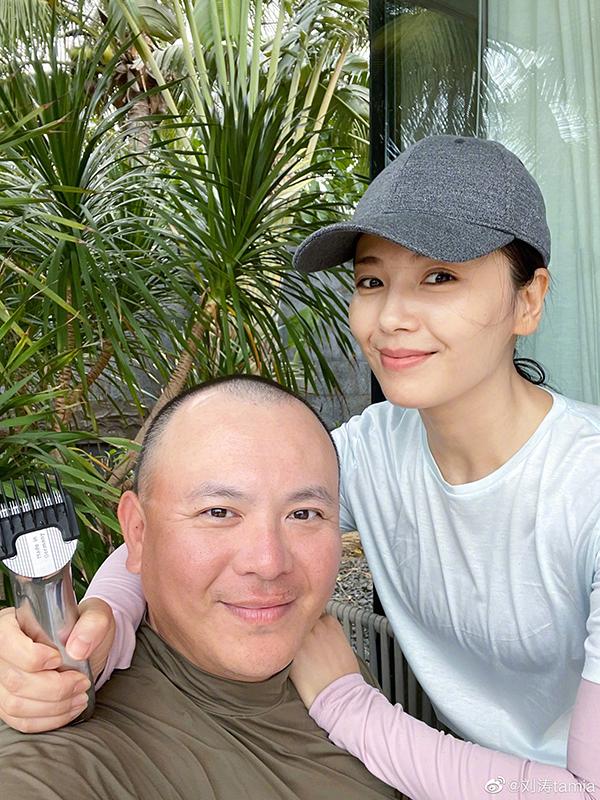 Lưu Đào cắt tóc cho chồng. Ảnh: Weibo/Liutao.