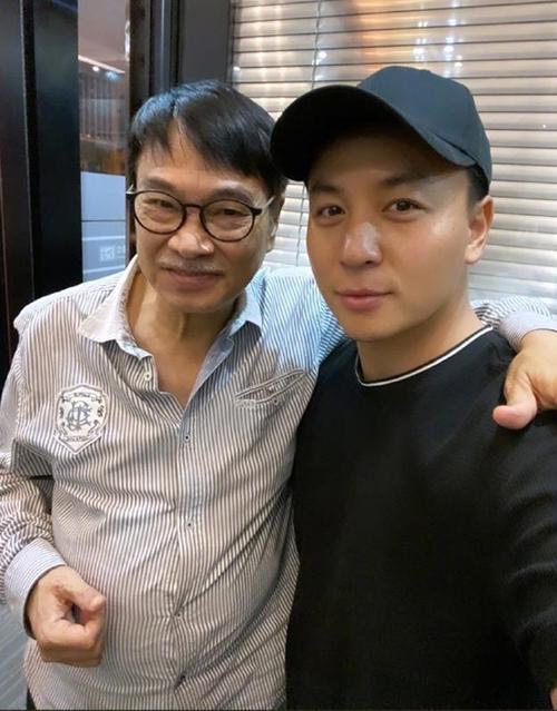 Ngô Mạnh Đạt (trái) và Thích Tiểu Long gặp nhau năm 2020, họ từng đóng chung Tân Ô Long viện 1994. Ảnh: Sohu.
