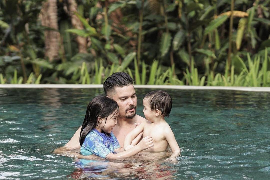 Dingdong Dantes nói hai con là món quà vô giá, là động lực cho vợ chồng anh. Anh dạy các con tập bơi, chơi đùa mọi lúc. Bé Zia (gần sáu tuổi) và Sixto (gần hai tuổi) hào hứng khi được nghịch nước.