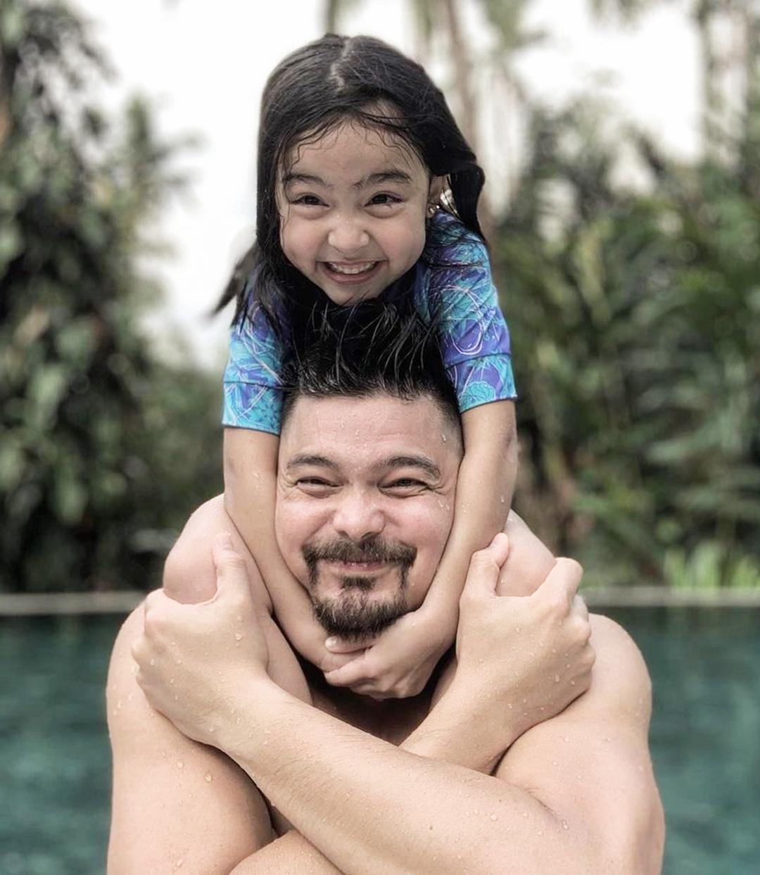 Tài tử 41 tuổi nổi tiếng chiều con, thường công kênh các bé trên vai. Bé Zia thừa hưởng nét đẹp của bố mẹ, là sao nhí nổi bật hàng đầu Philippines, đắt show quảng cáo.
