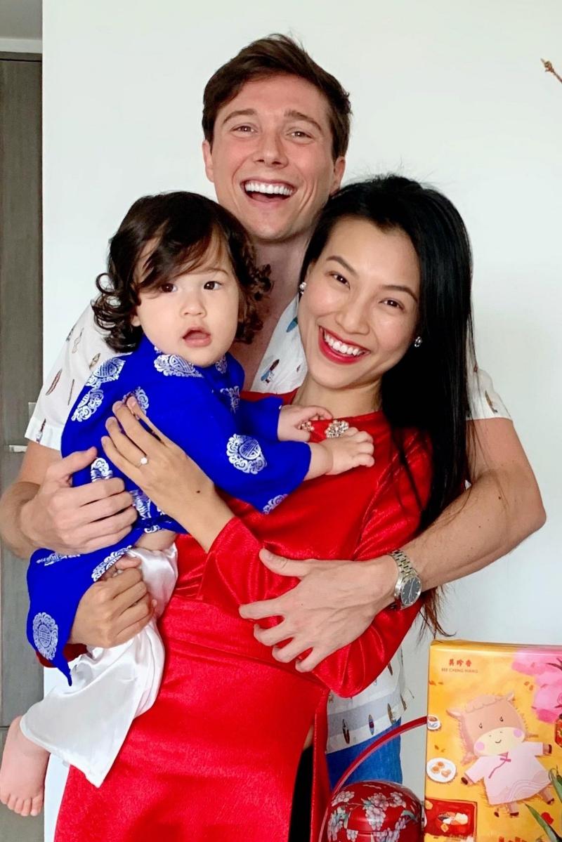 Á hậu Hoàng Oanh đón Valentine và Tết cổ truyền bên chồng và con trai ở Singapore. Chồng cô - Jack Cole - thường giúp vợ dọn dẹp nhà cửa, nấu ăn, chăm con cũng như dắt cô đi spa để thư giãn.