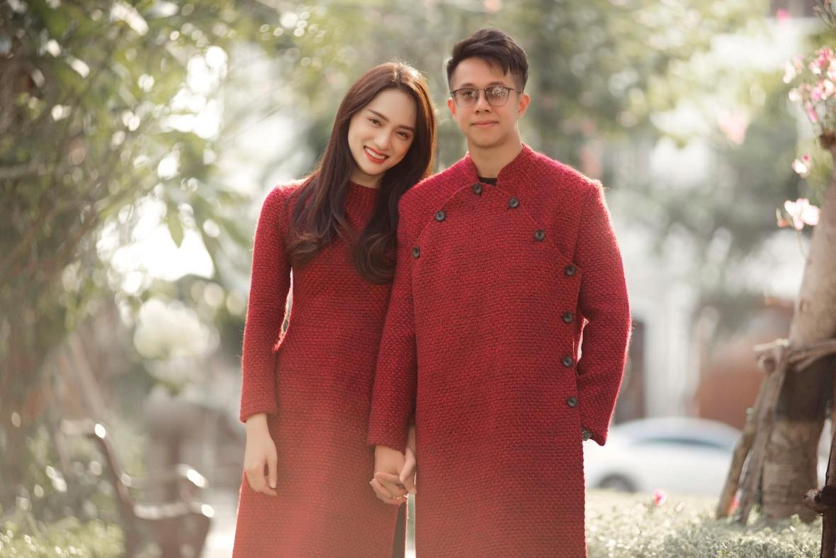 Cả hai được khen đẹp đôi khi diện áo dài đỏ vải tweed của nhà thiết kế Adrian Anh Tuấn để du xuân đầu năm tại TP HCM.