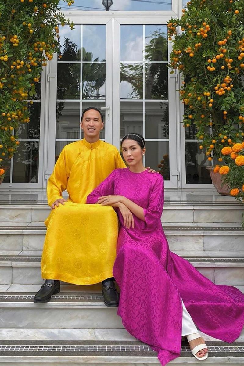Tăng Thanh Hà và chồng giữ nguyên thói quen cùng mặc áo dài và chụp ảnh đôi trong những ngày đầu năm mới.