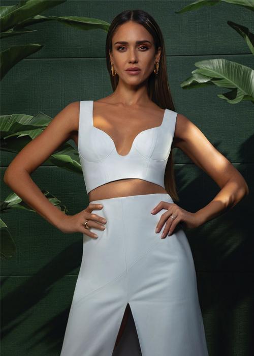 Minh tinh Jessica Alba sẽ bước sang tuổi tứ tuần ngày 28/4. Mới đây, minh tinh cho biết đang tránh dịch cùng chồng con tại biệt thự 10 triệu USD tại Los Angeles, Mỹ.