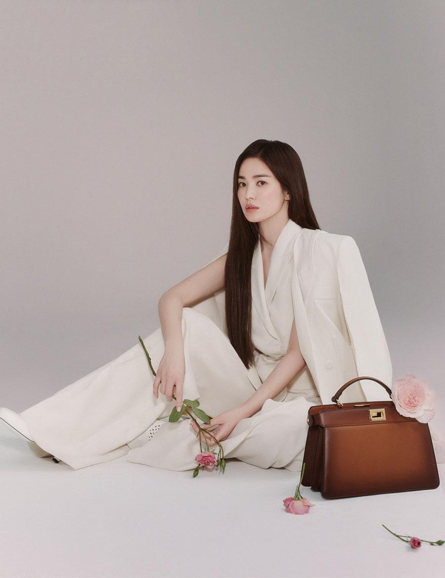 Loạt ảnh mới của Song Hye Kyo trong vai trò đại sứ thương hiệu được đăng trên tao chí Harpers Bazaar ấn bản Hàn Quốc số tháng ba. Hãng Fendi nhận định diễn viên Hàn là biểu tượng sắc đẹp hiện đại, hòa quyện giữ vẻ mềm mại, sự mạnh mẽ và phong thái tự tin, phù hợp với giá trị nhà mốt theo đuổi.