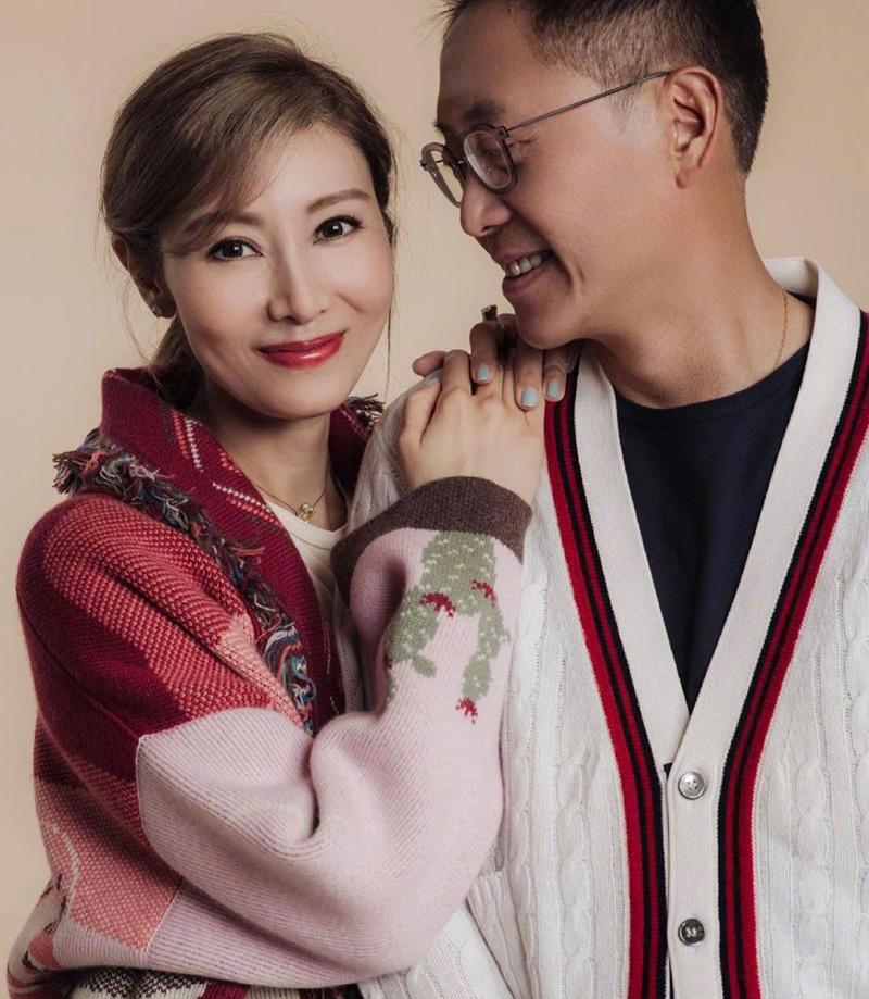 Hoa hậu Hong Kong 1988 - Lý Gia Hân - và chồng, Hứa Tấn Hanh, mặc đồng điệu chụp ảnh đầu năm. Ảnh: Weibo/lijiaxin.