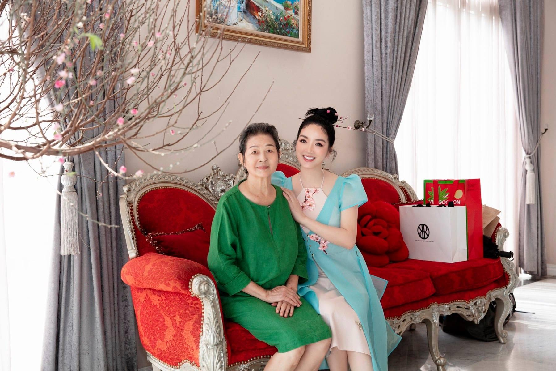 Giáng My mừng tuổi 77 của mẹ