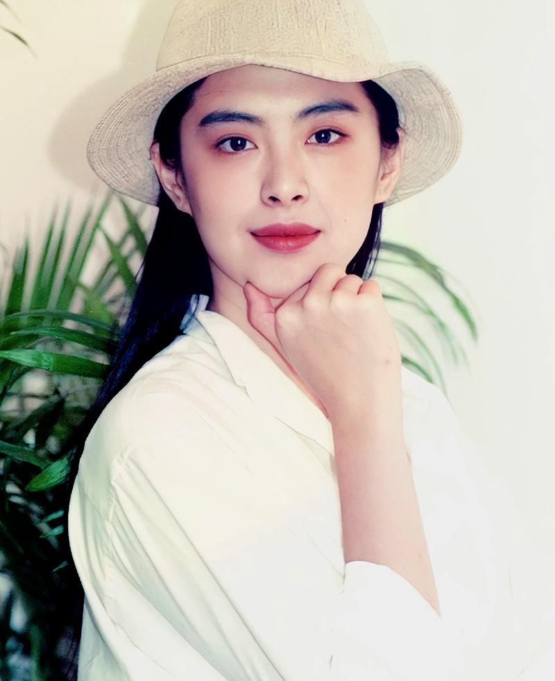 Tổ Hiền sinh năm 1967, là một trong các minh tinh đẹp và nổi tiếng nhất Hong Kong thập niên 1980, đầu 1990. Cô từng đóng Thiện nữ u hồn, Thanh Xà, Du viên kinh mộng...  Người đẹp được mệnh danh Tiên nữ nhờ khí chất thoát tục, trang nhã. Ảnh: On.