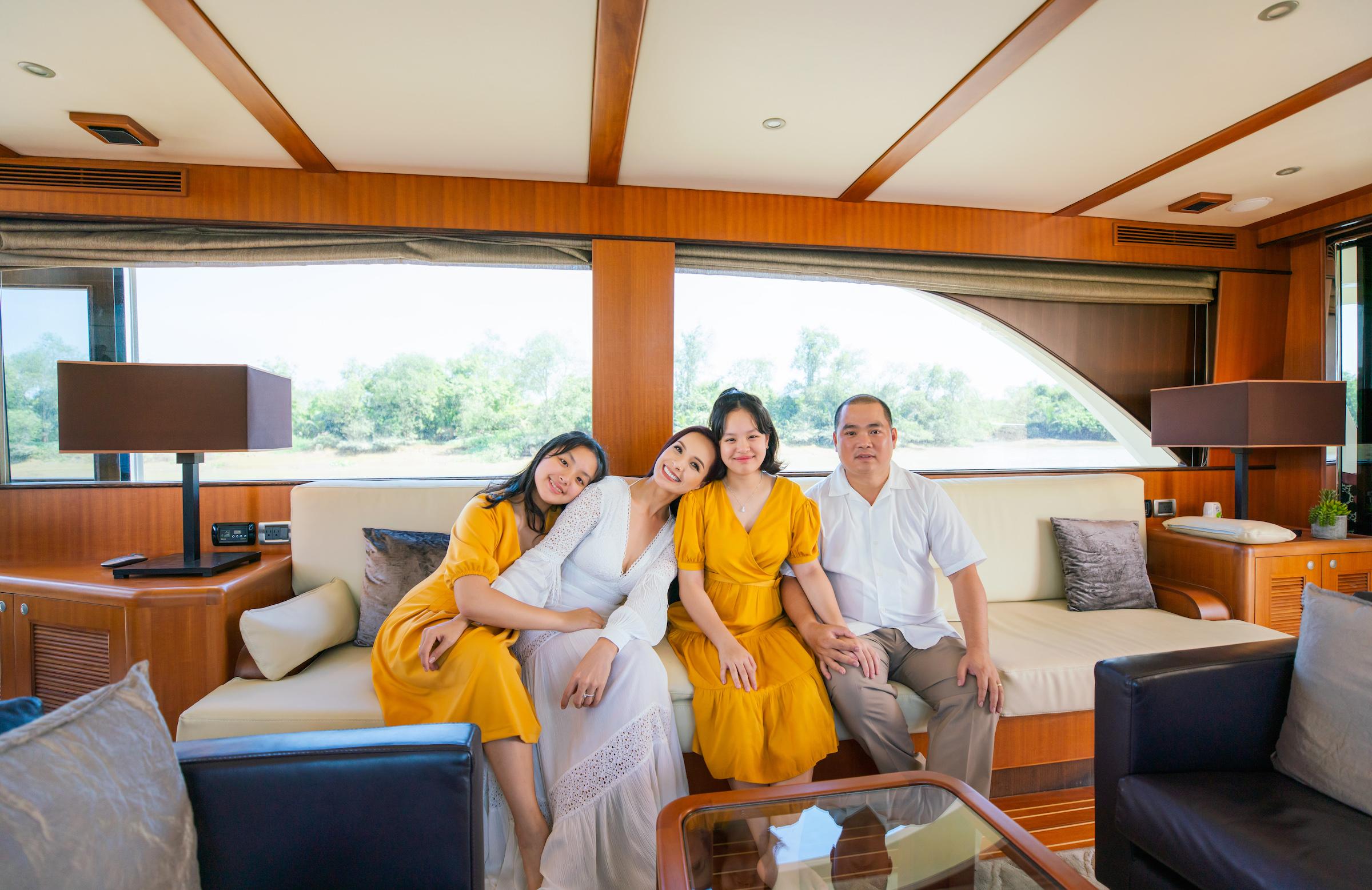 Vợ chồng Thúy Hạnh - Minh Khang cùng hai con gái trong chuyến trải nghiệm không gian sống tại đô thị sinh thái Aqua City.