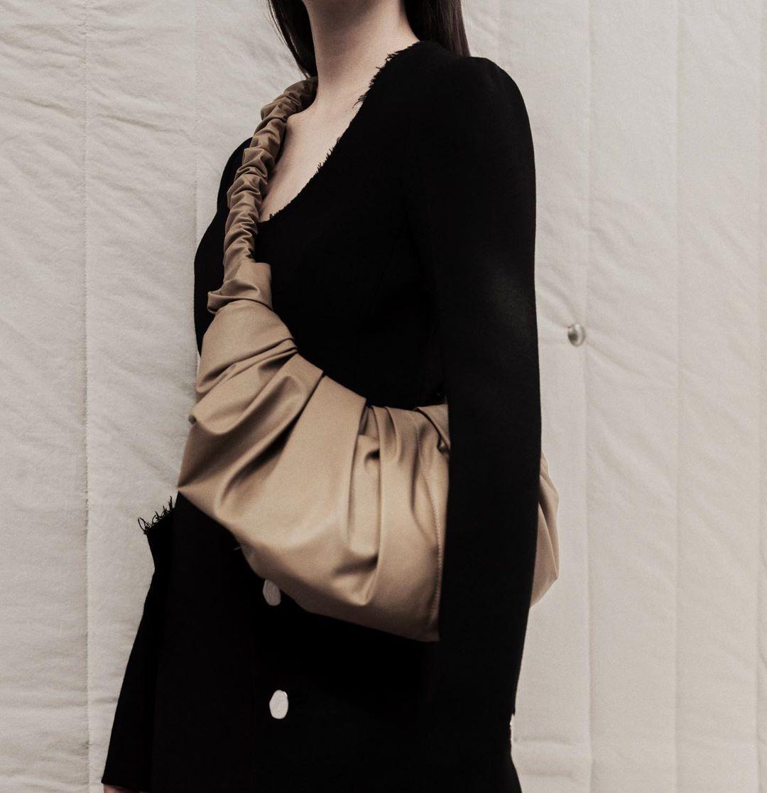 Chiếc túi nhận được sự yêu thích từ cộng đồng thời trang quốc tế, trở thành sự lựa chọn của nhiều người nổi tiếng và vào bảng bình chọn xu hướng phụ kiện năm 2020 của tạp chí thời trang Who What Wear.