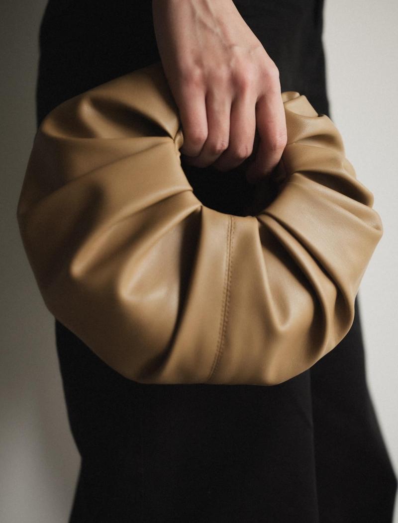 Năm 2020, túi xách Croissant được nhiều tạp chí thời trang gợi ý, giới thiệu. Bottega Veneta tiếp tục trở thành thương hiệu đi đầu trong trào lưu túi xách lấy cảm hứng từ những chiếc bánh sừng bò truyền thống, với các nếp xếp tinh tế làm điểm nhấn, tôn vinh sự tối giản trong thời trang. Tại Việt Nam, Lâm Gia Khang là nhà mốt đầu tiên lăng xê túi Croissant với chất liệu da vegan mềm, sử dụng các gam màu trung tính. Giá mỗi chiếc túi khoảng 250-300 USD tùy dòng và kích cỡ.