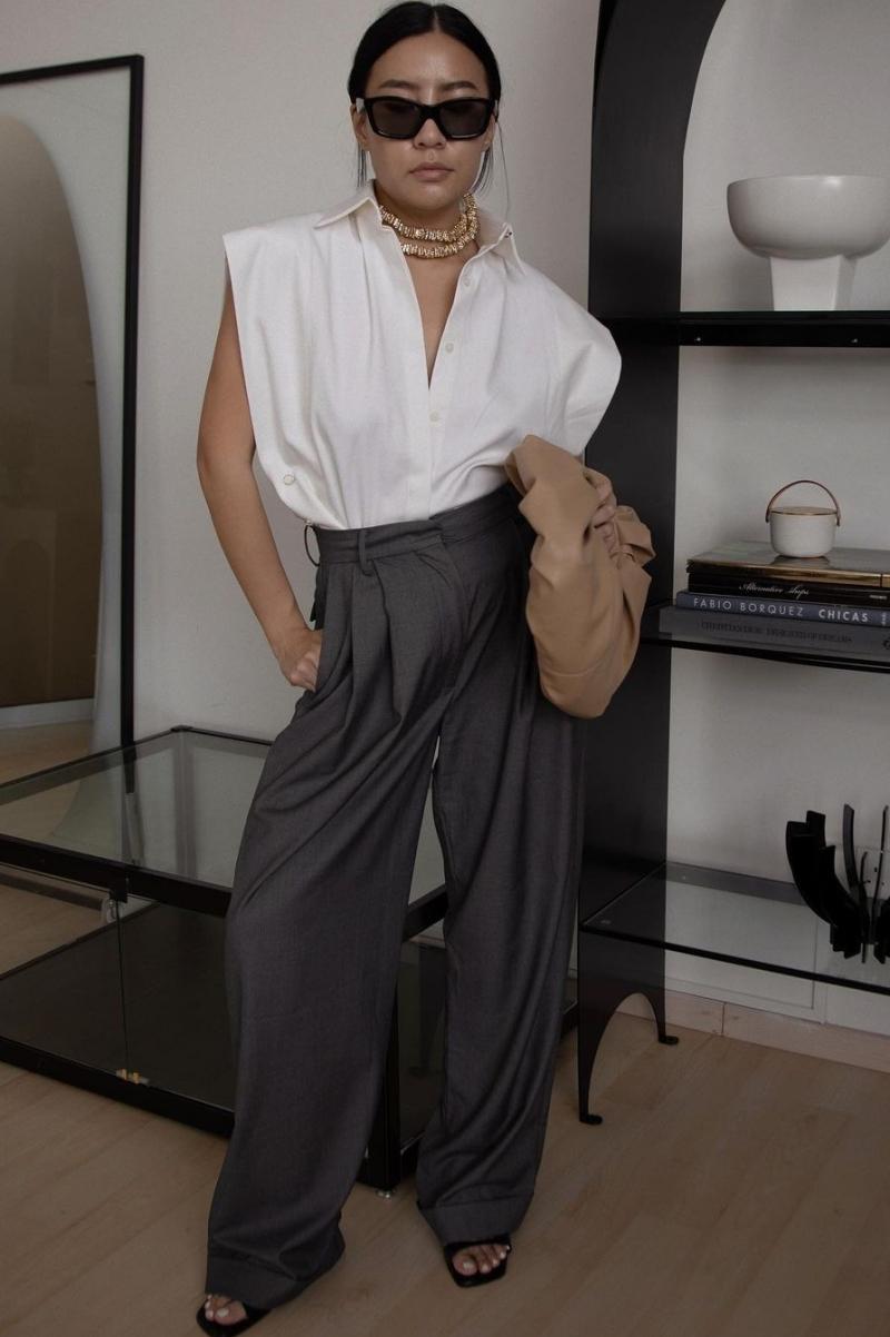 [Túi Croissant của Lâm Gia Khang cũng là món đồ được Savina Chow, nhà thiết kế - giám đốc sáng tạo người Singapore, yêu thích. Savina thường xuyên kết hợp nó với các trang phục khác nhau