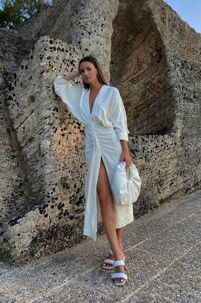 Blogger Zina Charkoplia (Tây Ban Nha) kết hợp túi xách cùng bộ trang phục tông trắng.