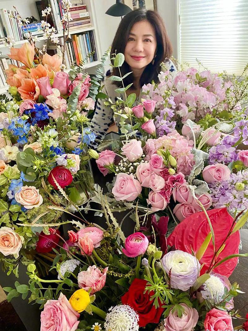 Sở Hồng được bạn bè tặng hoa nhân sinh nhật. Ảnh: Weibo/Zhonchuhong.