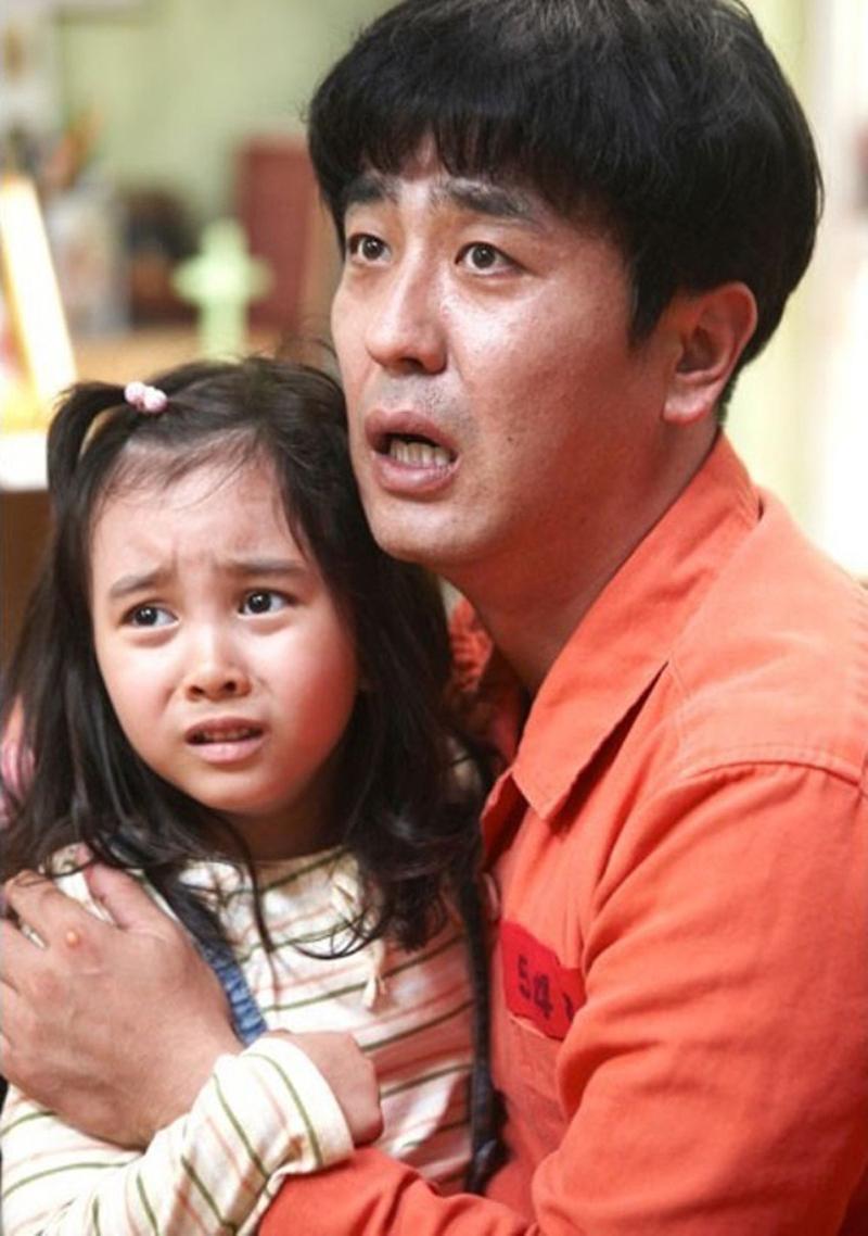 Kal So Won và Ryu Seung Ryong trong tác phẩm. Sau phim này, cô bé đóng Huyền thoại biển xanh, Hoa du ký... Năm ngoái, cô ra mắt phim hài Quý ông sở thú.