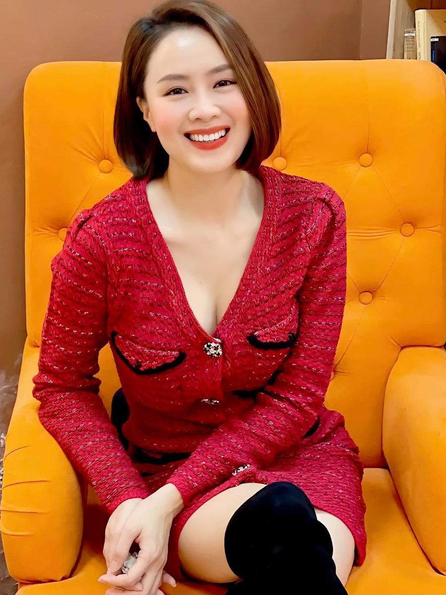 Cô khoe nét quyến rũ với váy dạ tweed xẻ ngực.