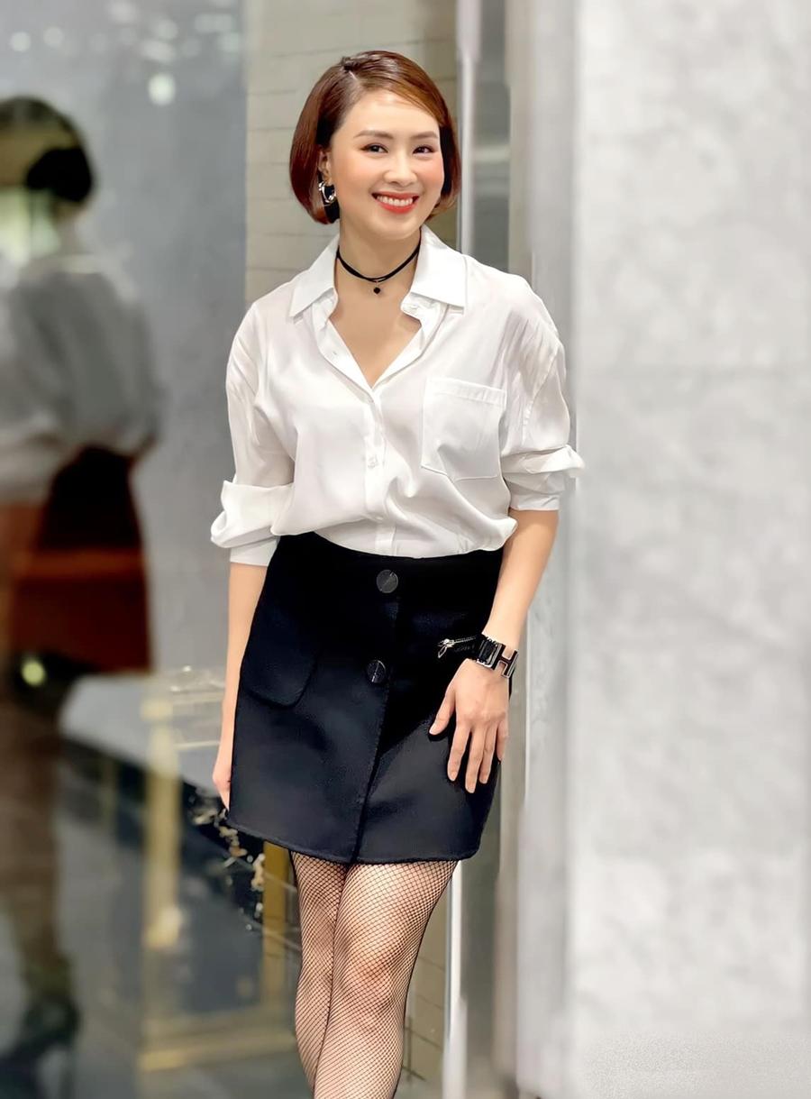 Diện viên mặc sơ mi trắng và chân váy đen kinh điển. Nhiều năm nay, cô trung thành phong cách thanh lịch.