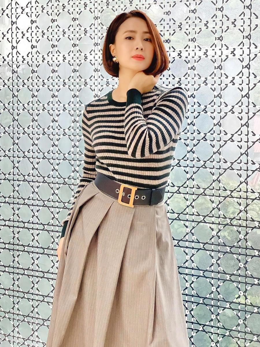 Hồng Diễm diện áo len kẻ sọc kết hợp chân váy dáng dài. Cô để tóc ngắn khi vào vai Minh Châu trong phim truyền hình Hướng dương ngược nắng. Trên Facebook, nhiều khán giả khen cô trẻ hơn tuổi.