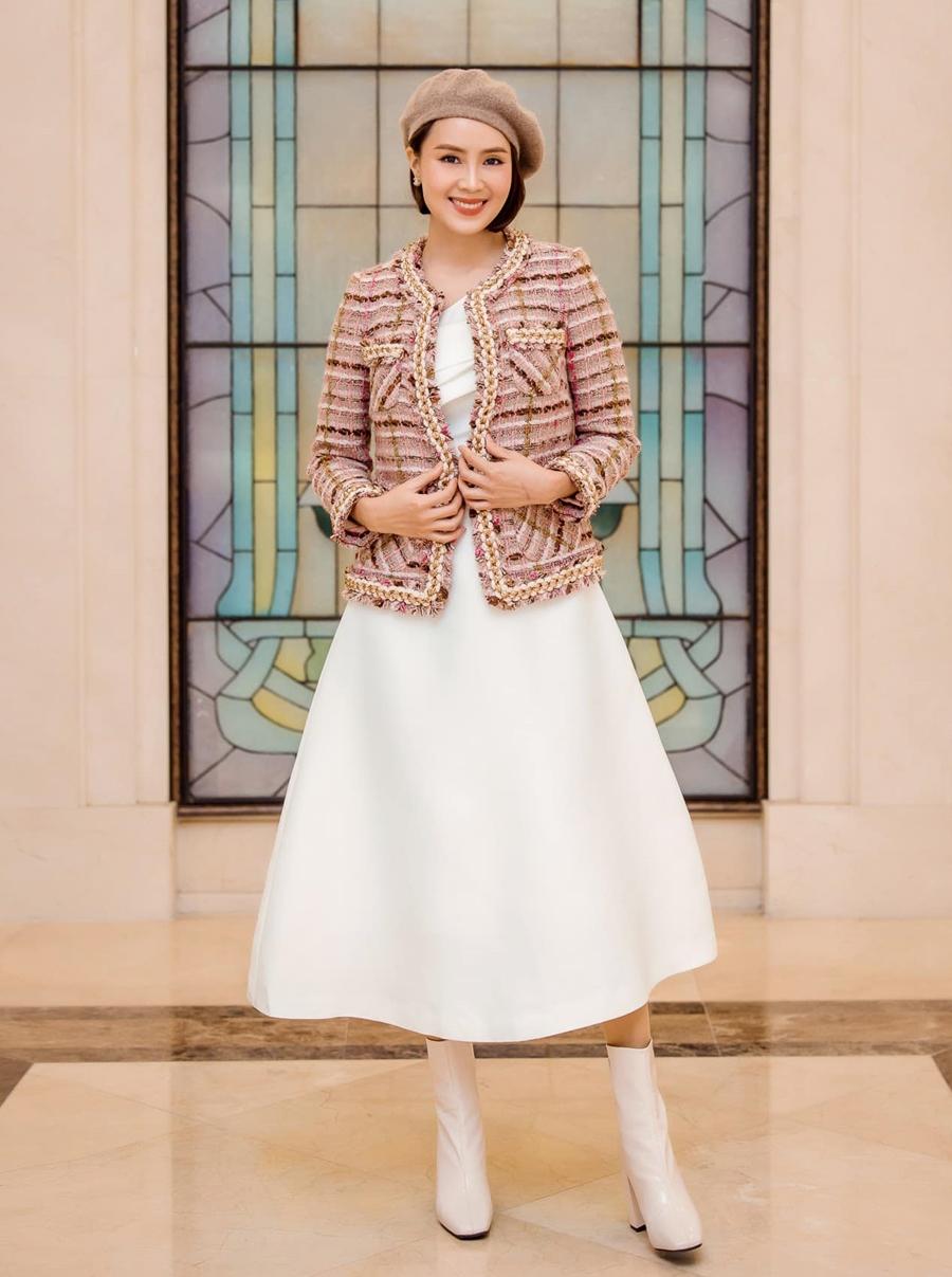 Diễn viên phối váy dáng dài với áo khoác, mũ nồi, phù hợp tiết trời lạnh của Hà Nội.