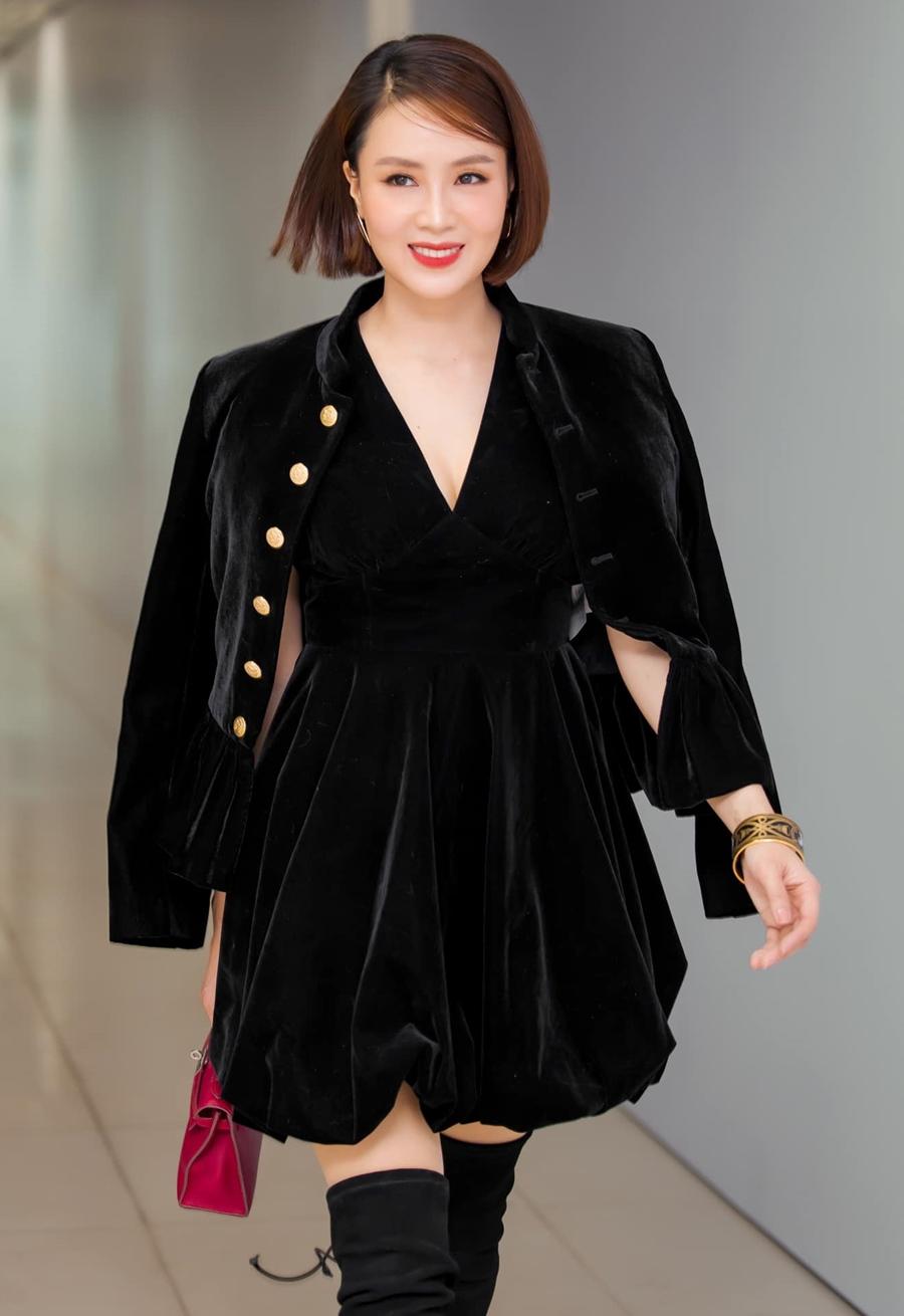Trong sự kiện ra mắt phim điện ảnh Cậu Vàng hồi tháng 1, cô diện đầm nhung xẻ ngực kết hợp áo khoác và boots cao cổ đồng điệu.