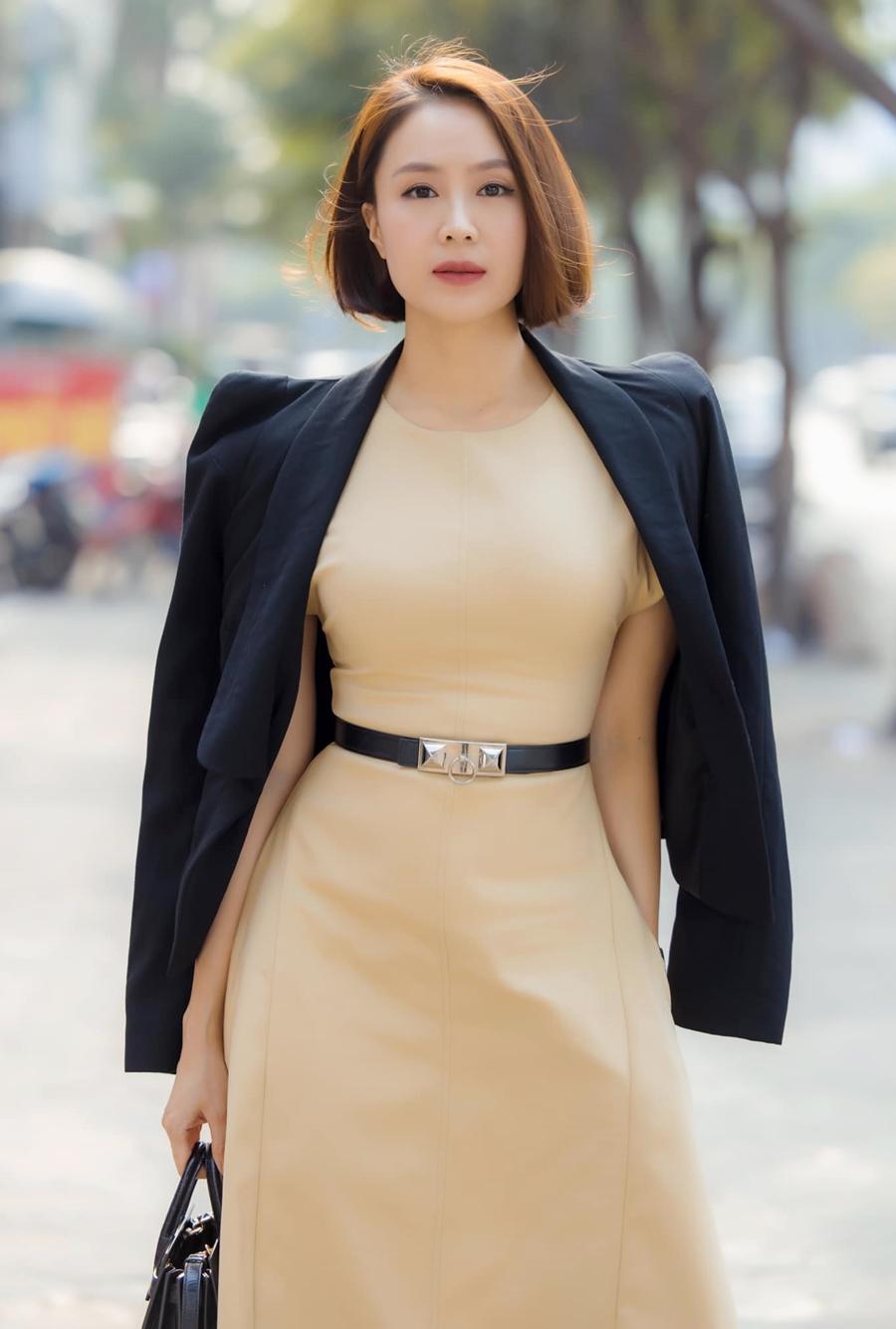 Cô chuộng phong cách mix áo khoác bên ngoài váy.
