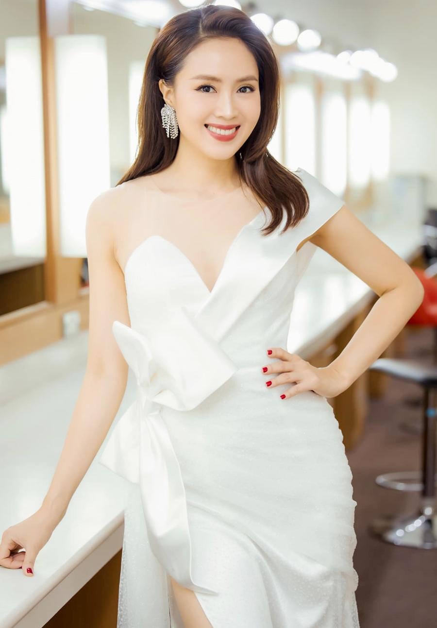 Hồng Diễm để tóc dài, diện thiết kế bất đối xứng khi tham gia ghi hình chương trình chào năm mới.