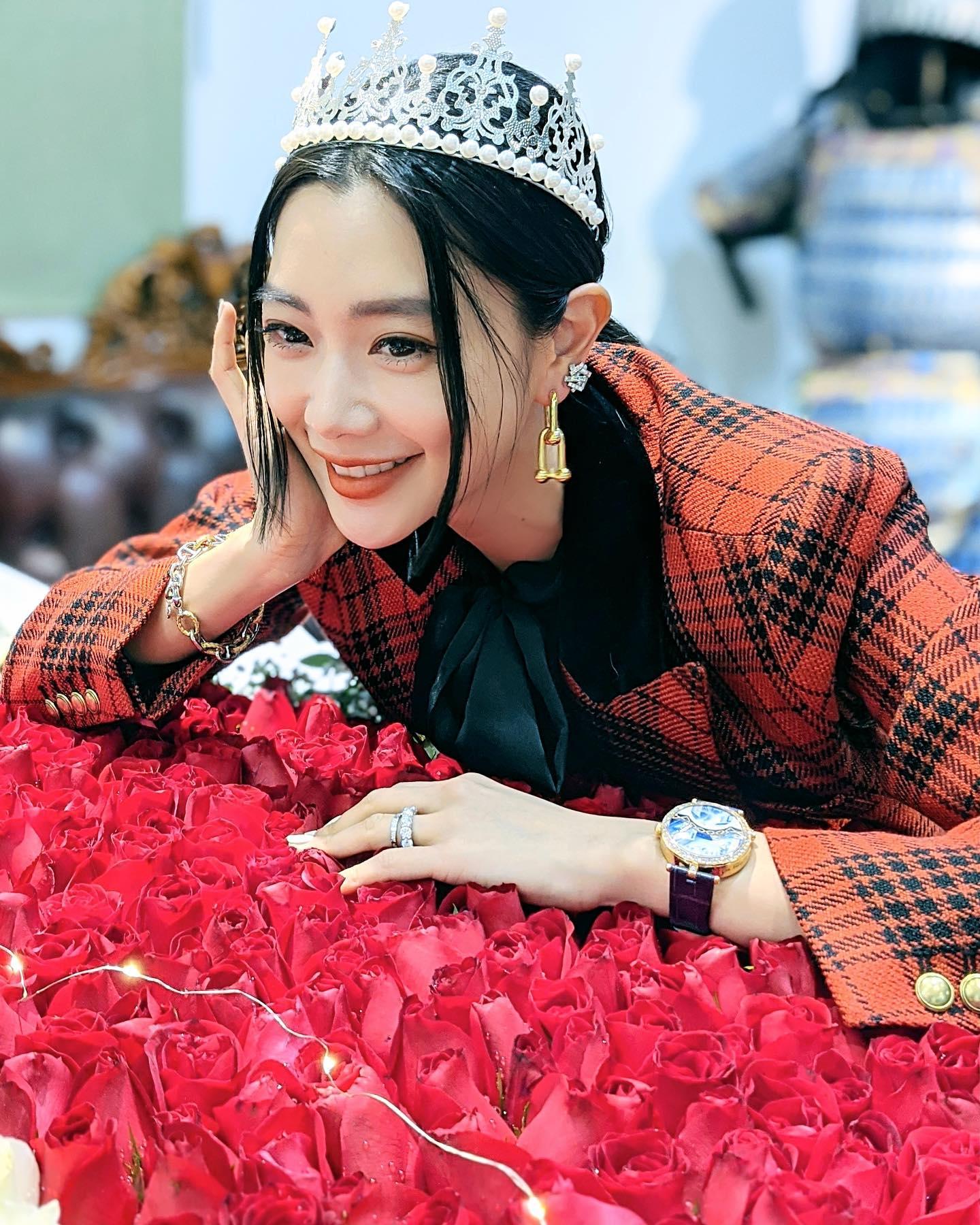 Cô cười rạng rỡ trong sinh nhật thứ 36 hôm 15/1. Theo Naver, chồng đại gia tặng cô 999 bông hồng và nhiều món quà xa xỉ.