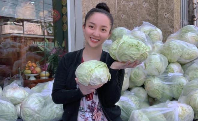 Quỳnh Anh - vợ Lê Dương Bảo Lâm - nhận bắp cải tại nhà để tặng cho người dân. Ảnh: Facebook Lê Dương Bảo Lâm.